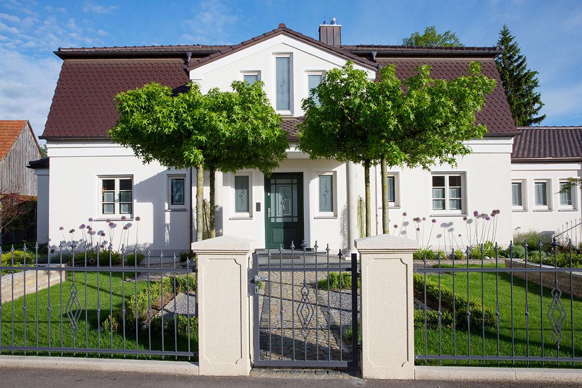 https://www.galabau-thaler.de/content/6-inspiration/1-hausgaerten/13-garten-13/wohnhaus-vorne.jpg