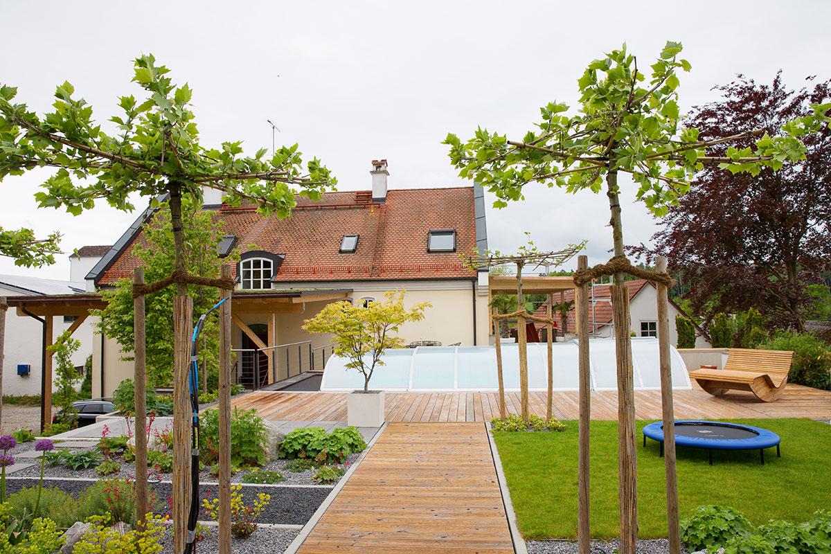 http://www.galabau-thaler.de/content/6-inspiration/1-hausgaerten/8-garten-8/schwimmen-wasser-wohnen.jpg